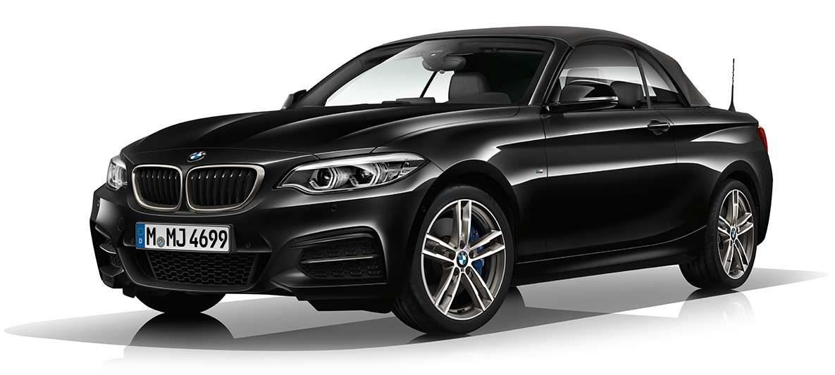 BMW M240i Cabrio von links vorne mit geschlossenem Verdeck